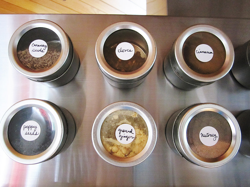 organize your kitchen with magnets!